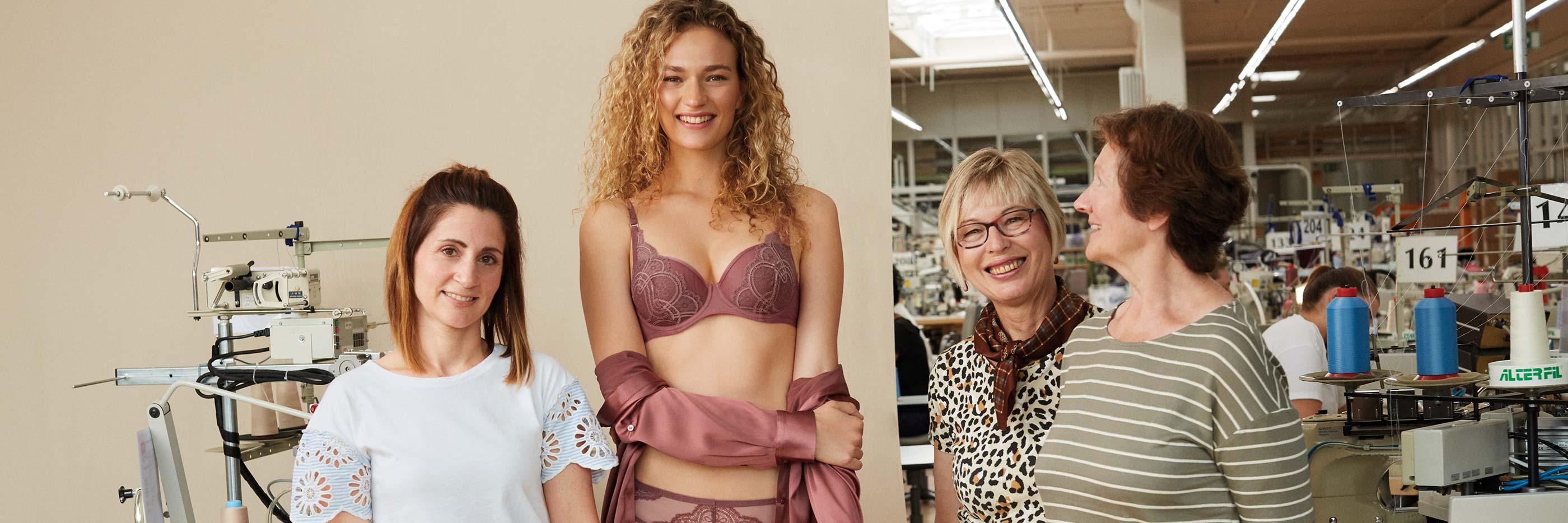 Drei Mitarbeiterinnen von mey und ein Damenmodel im Kimono und der Serie Stunning stehen im Nähsaal in Albstadt, Deutschland   mey®
