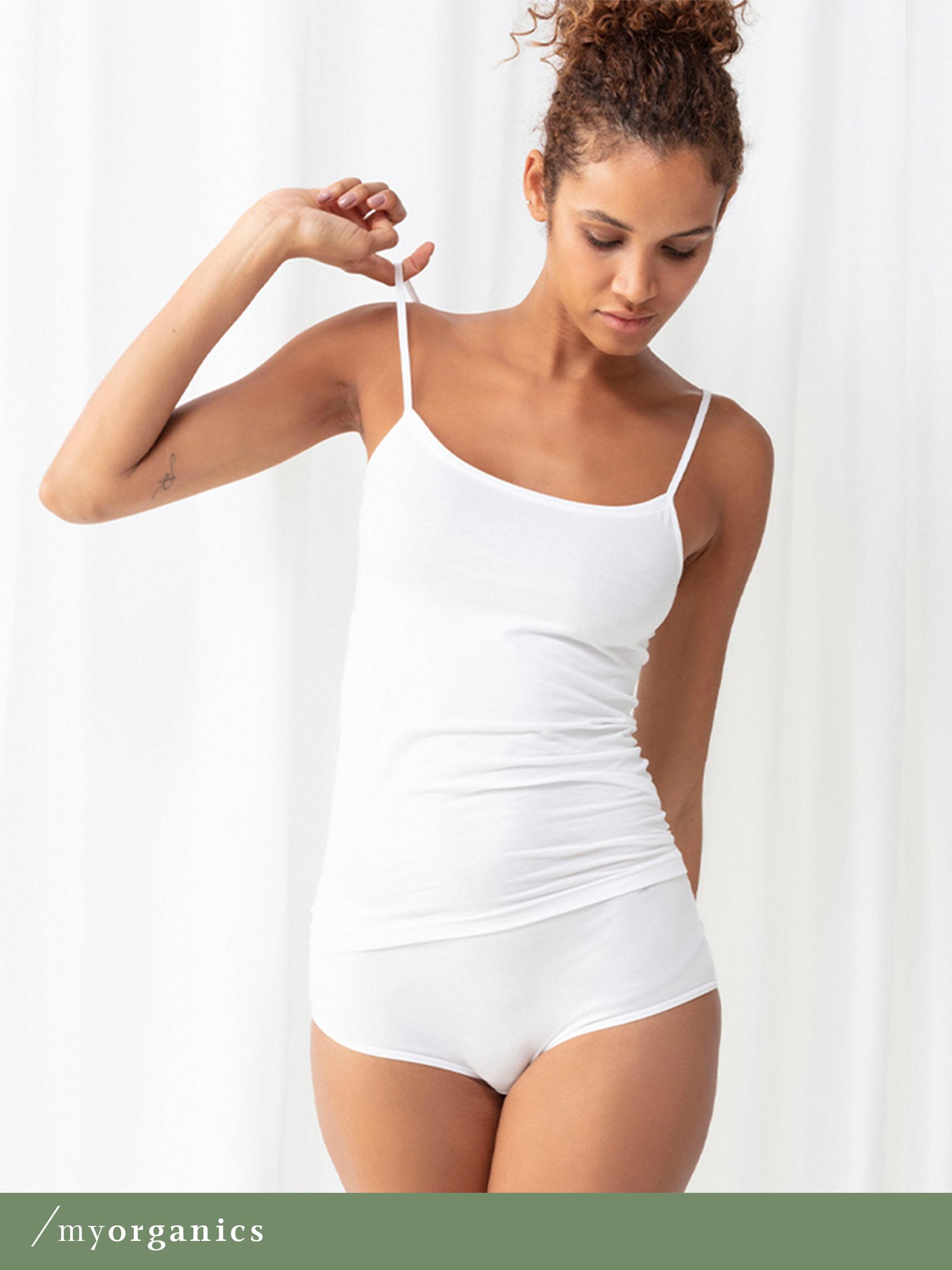 Dame trägt weißes Spaghetti-Top und einen weißen Slip ohne Seitennähte aus Bio-Baumwolle der Serie Superfine Organic | mey®