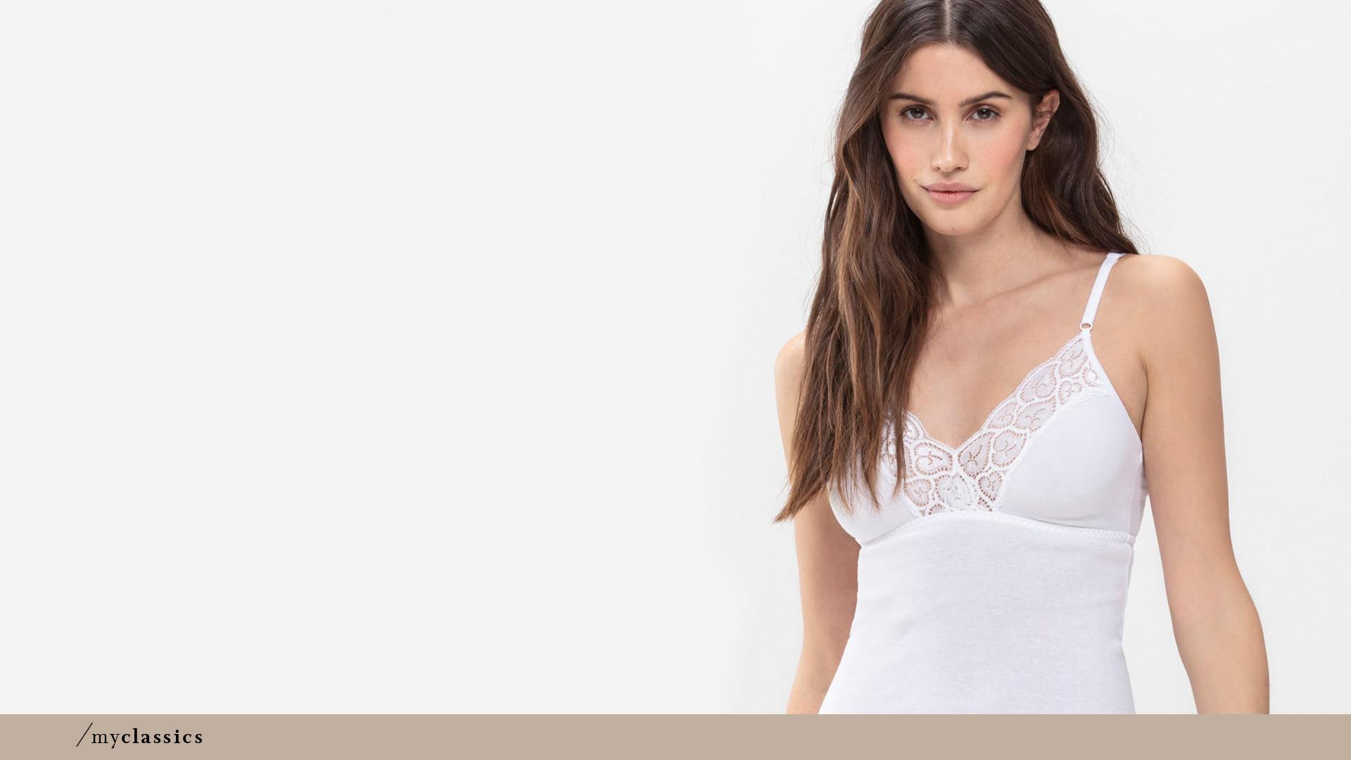 Dame trägt weißes BH-Hemd ohne Seitennähte aus Baumwolle der Serie 2000   mey®