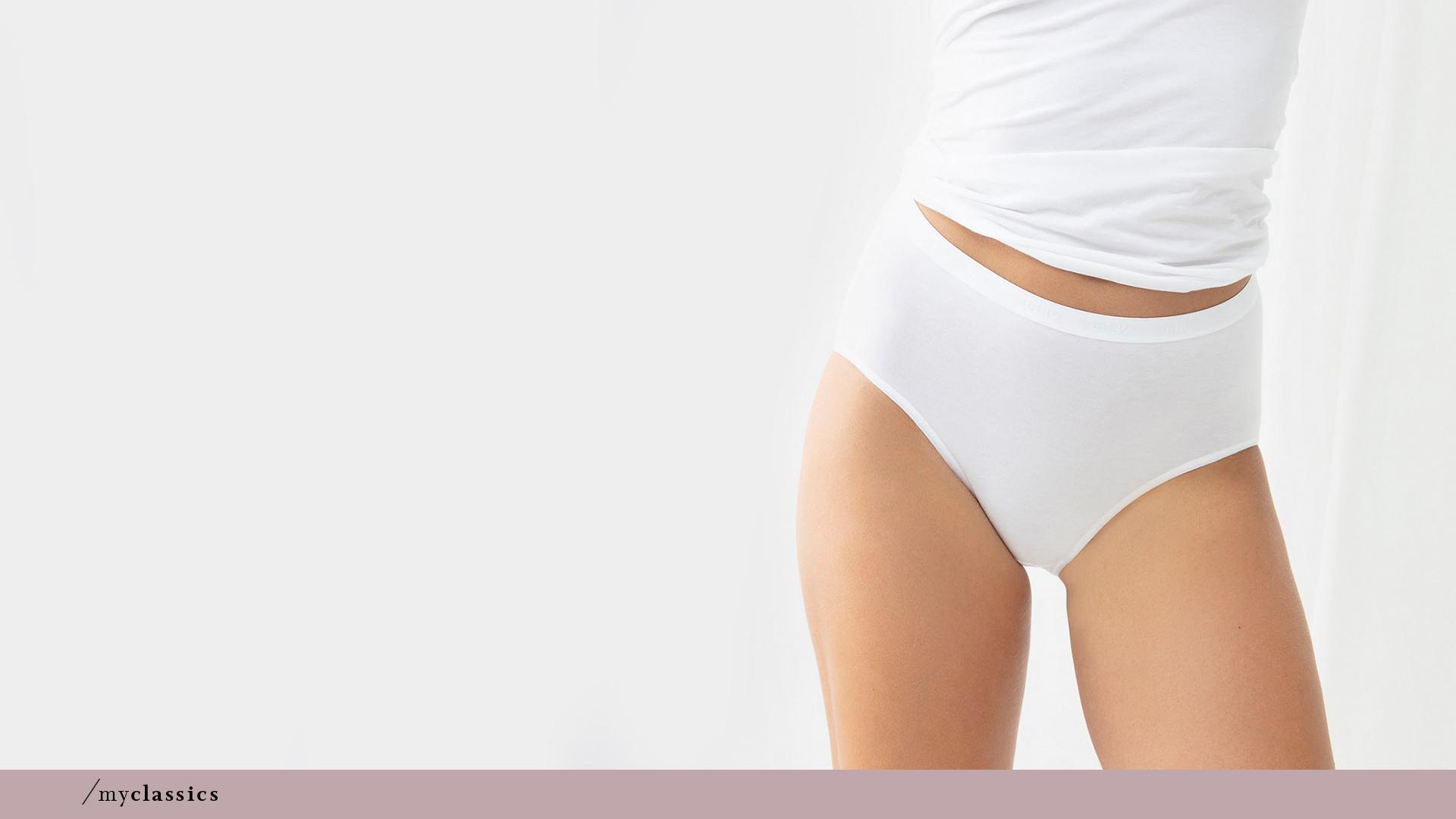 Dame trägt weißen Taillen-Slip ohne Seitennähte aus Peru-Pima Baumwolle der Serie Best Of von mey®