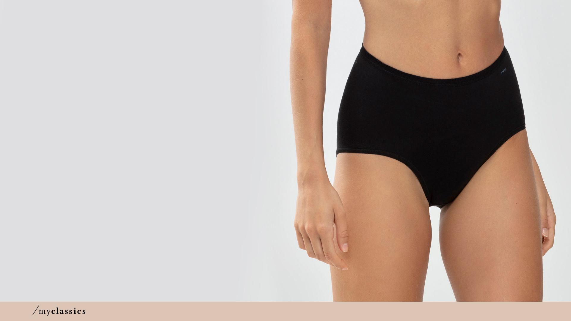 Dame trägt schwarzen, modellierenden Taillen-Slip aus der Serie Only Lycra® von mey®