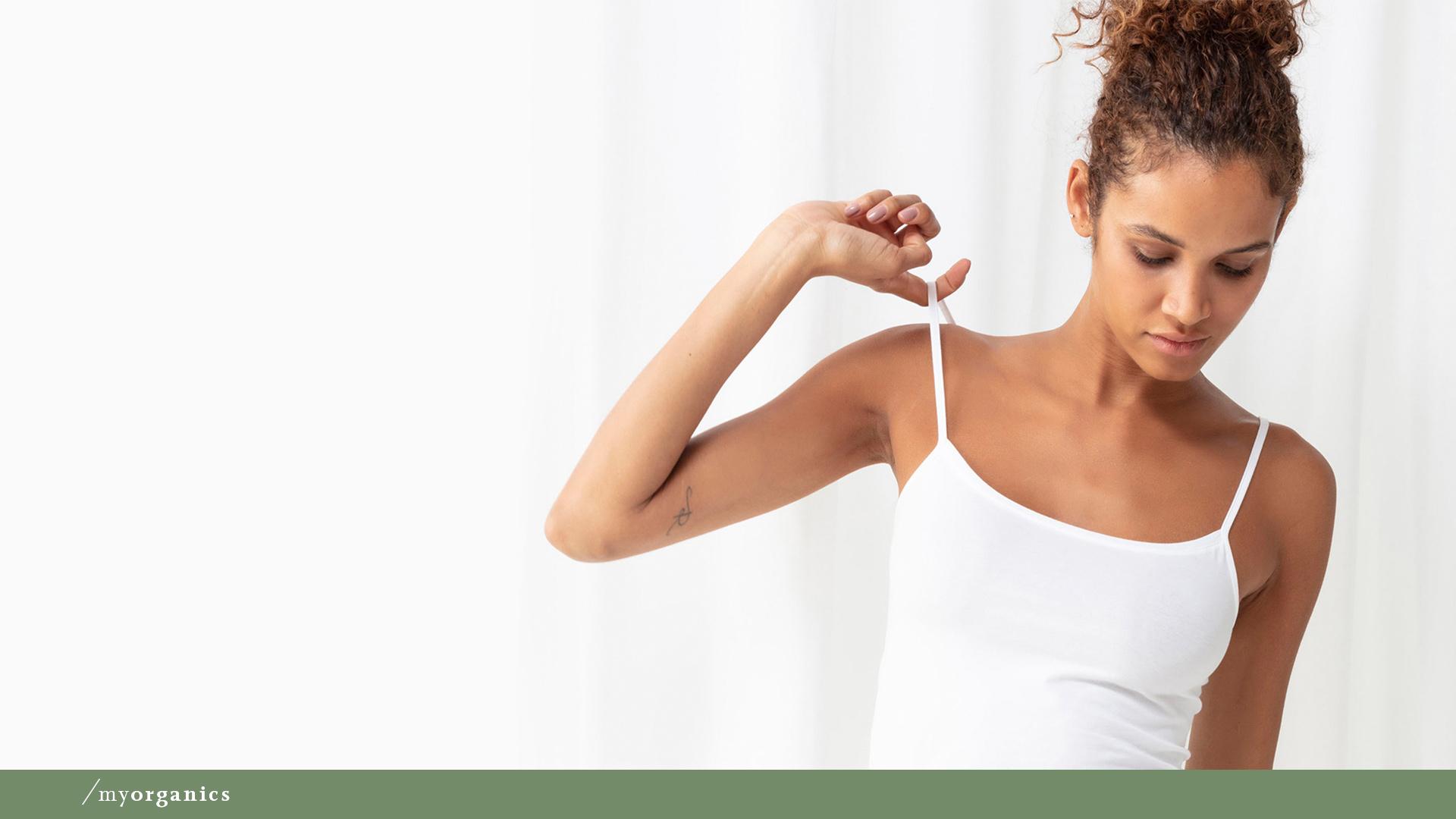 Damenmodel trägt das weiße Spaghetti-Top ohne Seitennähte aus Bio-Baumwolle der Serie Superfine Organic | mey®