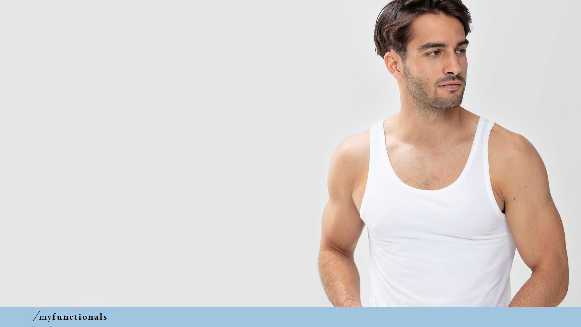 Mann trägt das Athletic-Shirt in der Farbe Weiß aus der Serie Dry Cotton von mey®