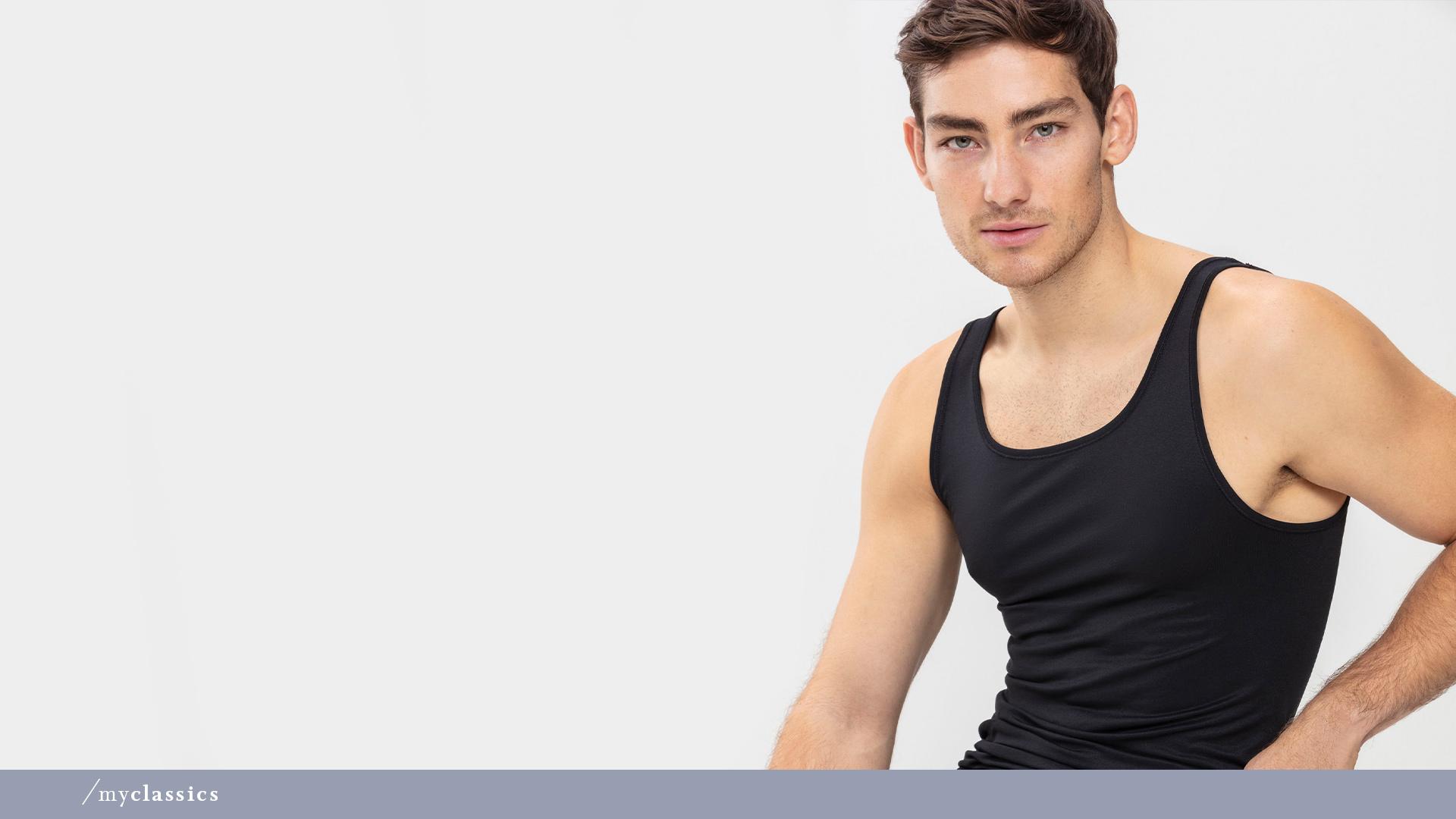 Herr trägt schwarzes Achsel-Shirt aus der Serie Software von mey®