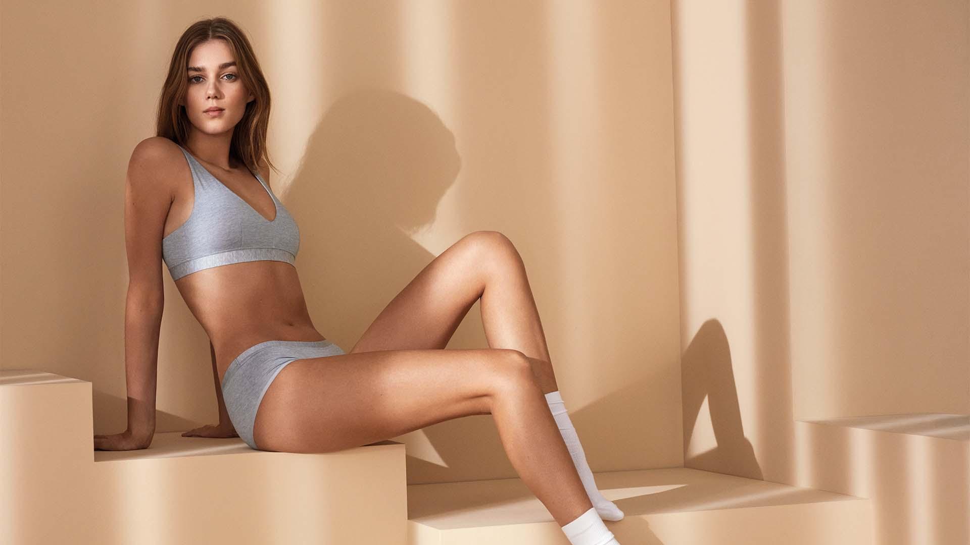 Damen Serie Mood Model trägt Bralette und Hipster in Light Grey Melange