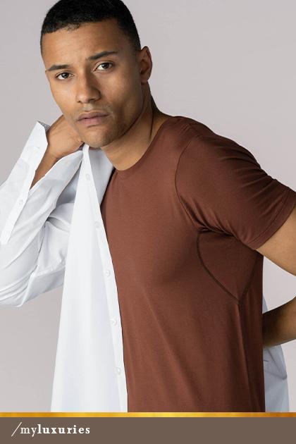 Man draagt een half uitgetrokken, wit hemd en het crewneck-shirt in de kleur medium skin uit de serie Business Class | mey®
