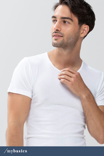 Mann trägt weißes Crew-Neck-Shirt aus der Serie Casual Cotton | mey®