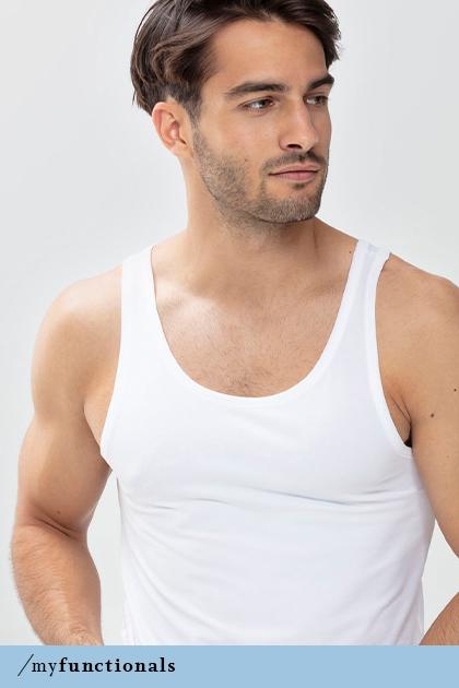 Mann trägt ein Hemd sowie das Crew-Neck-Shirt in der Farbe Weiß aus der Serie Dry Cotton Functional | mey®