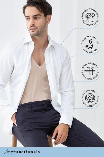 Mann trägt ein Hemd sowie das Crew-Neck-Shirt in der Farbe Weiß aus der Serie Dry Cotton Functional   mey®