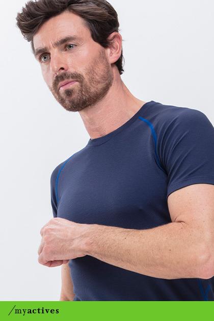Mann trägt yachtblaues T-Shirt aus der Serie High Performance   mey®