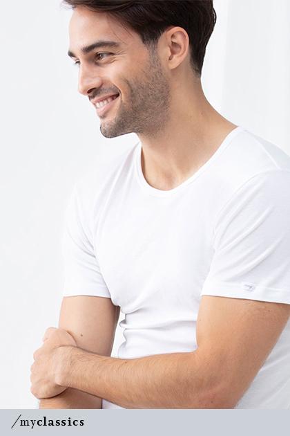 Mann trägt weißes Crew-Neck-Shirt aus der Serie Noblesse für Herren   mey®