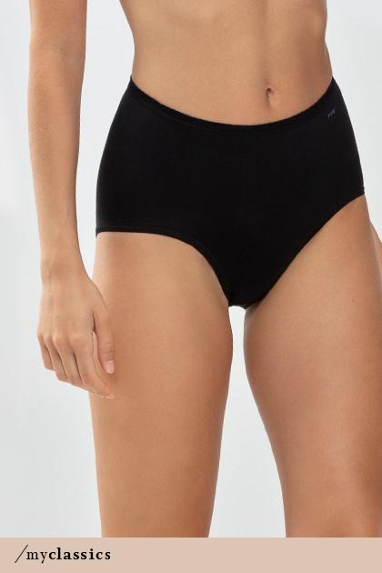 Dame trägt schwarzen, modellierenden Taillen-Slip aus der Serie Only Lycra® | mey®