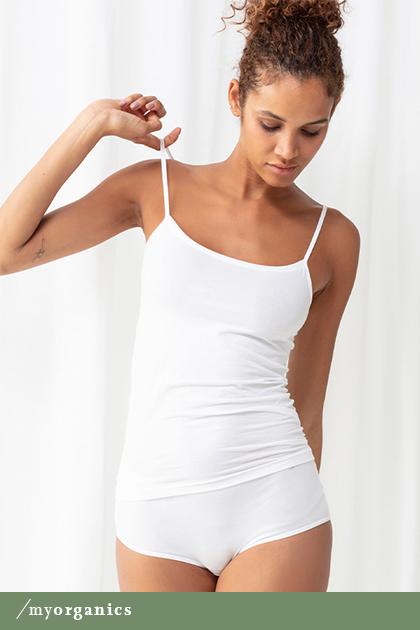 Dame trägt weißes Spaghetti-Top ohne Seitennähte aus Bio-Baumwolle der Serie Superfine Organic | mey®