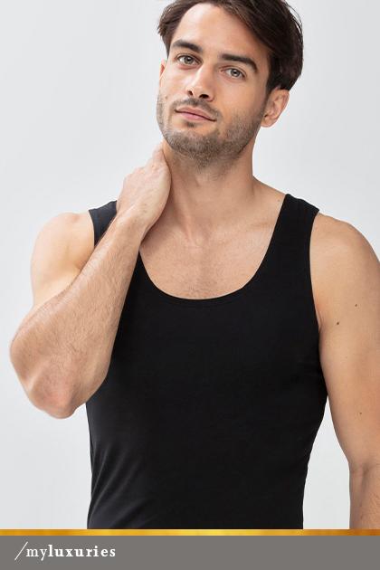 Mann trägt schwarzes Athletic-Shirt aus der Serie Superior   mey®