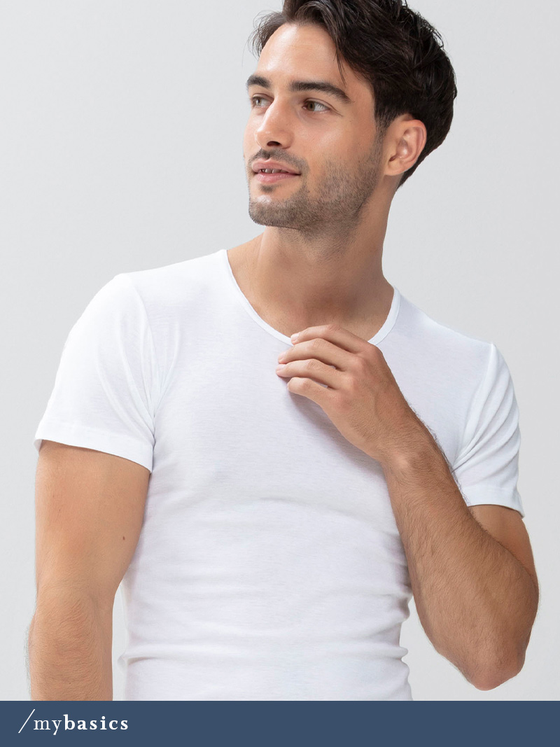 Herr trägt weißes Crew-Neck Shirt aus der Serie Casual Cotton von mey®
