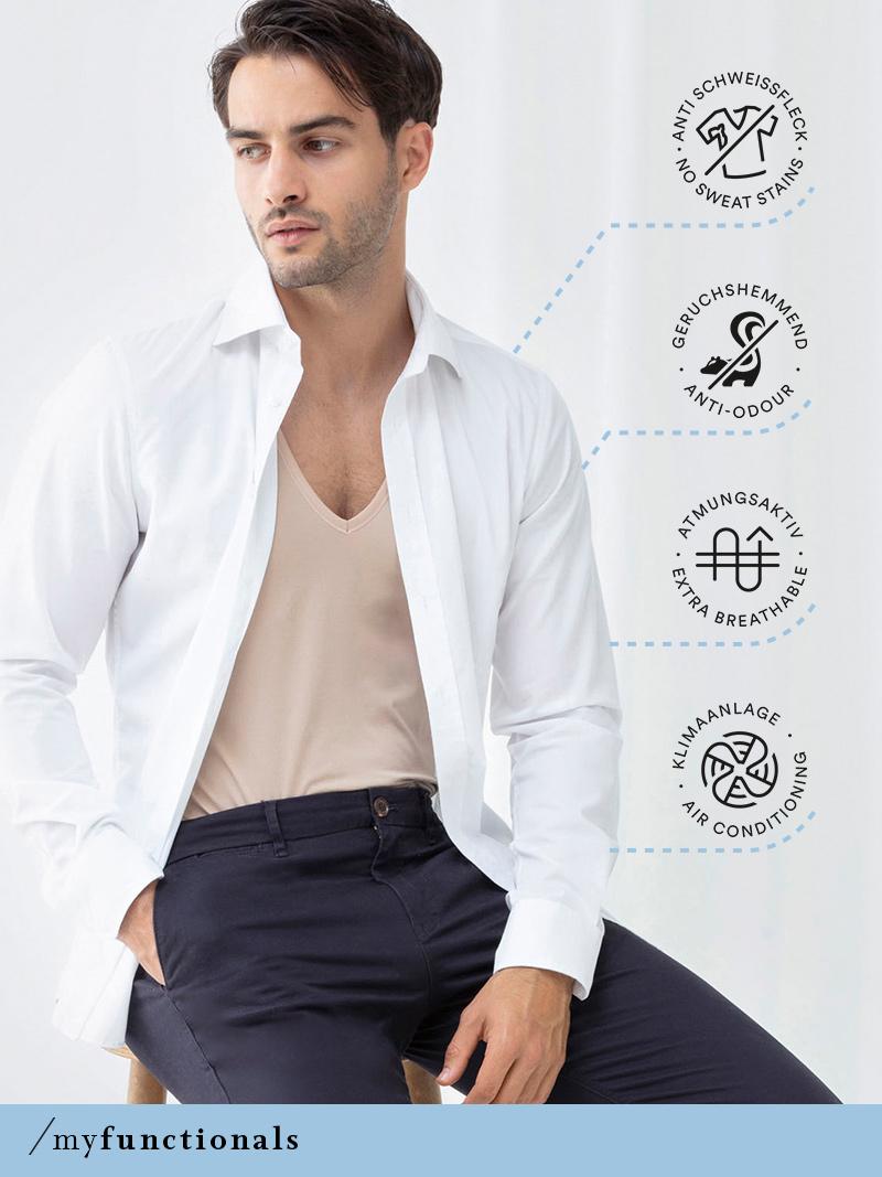 Mann trägt ein Hemd sowie das Crew-Neck Shirt in der Farbe Weiß aus der Serie Dry Cotton Functional von mey®