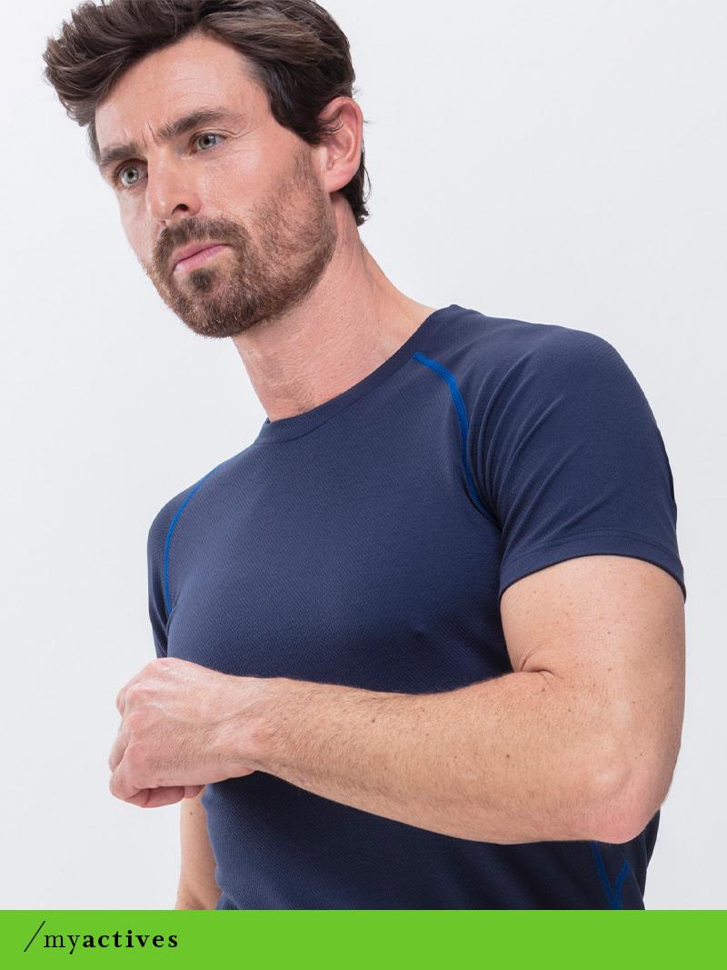 Mann trägt das yachtblaue T-Shirt aus der Serie High Performance von mey®