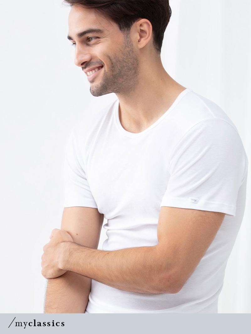 Mann trägt weißes Crew-Neck Shirt aus der Serie Noblesse für Herren von mey®