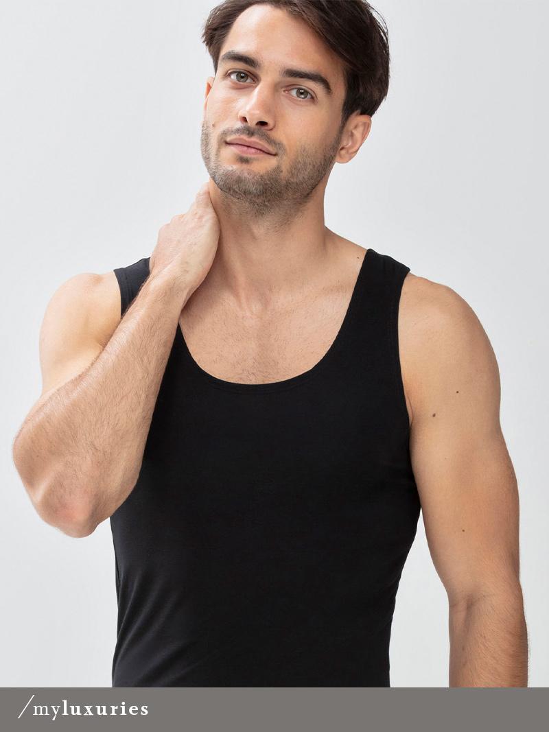 Herr trägt schwarzes Athletic-Shirt aus der Serie Superior von mey®