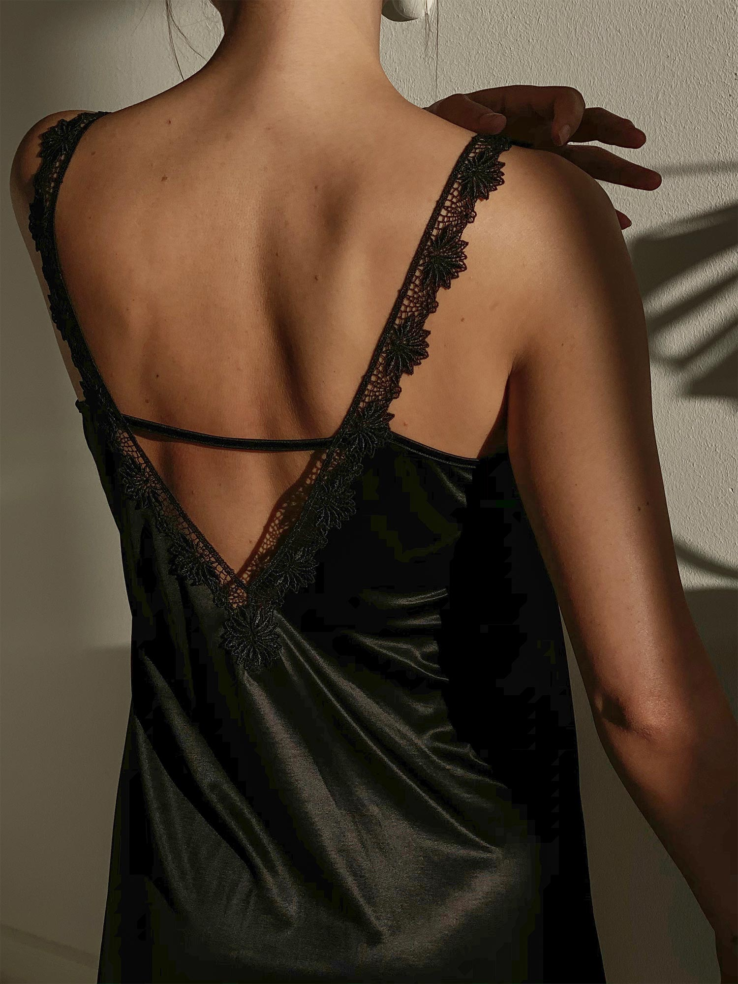 Eine legante Silhouette und feine Spitze verleihen dem femininen Slipdress eine unverwechselbare Note | mey®