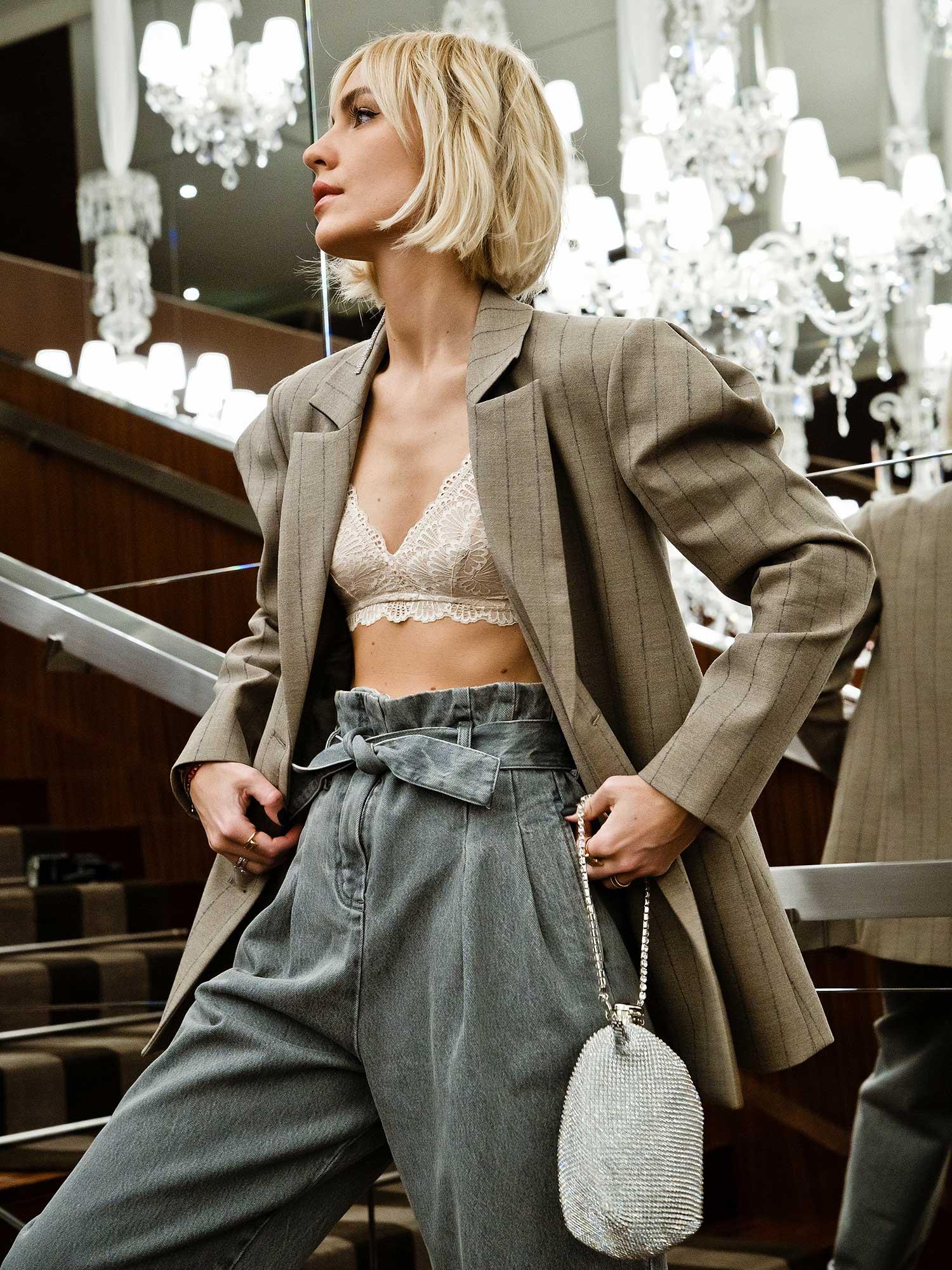 Viktoria Rader auf Paris Fashion Week mit Mey Triangel BH in Farbe New Pearl kombiniert zu Oversize-Blazer und Slouchy-Denim