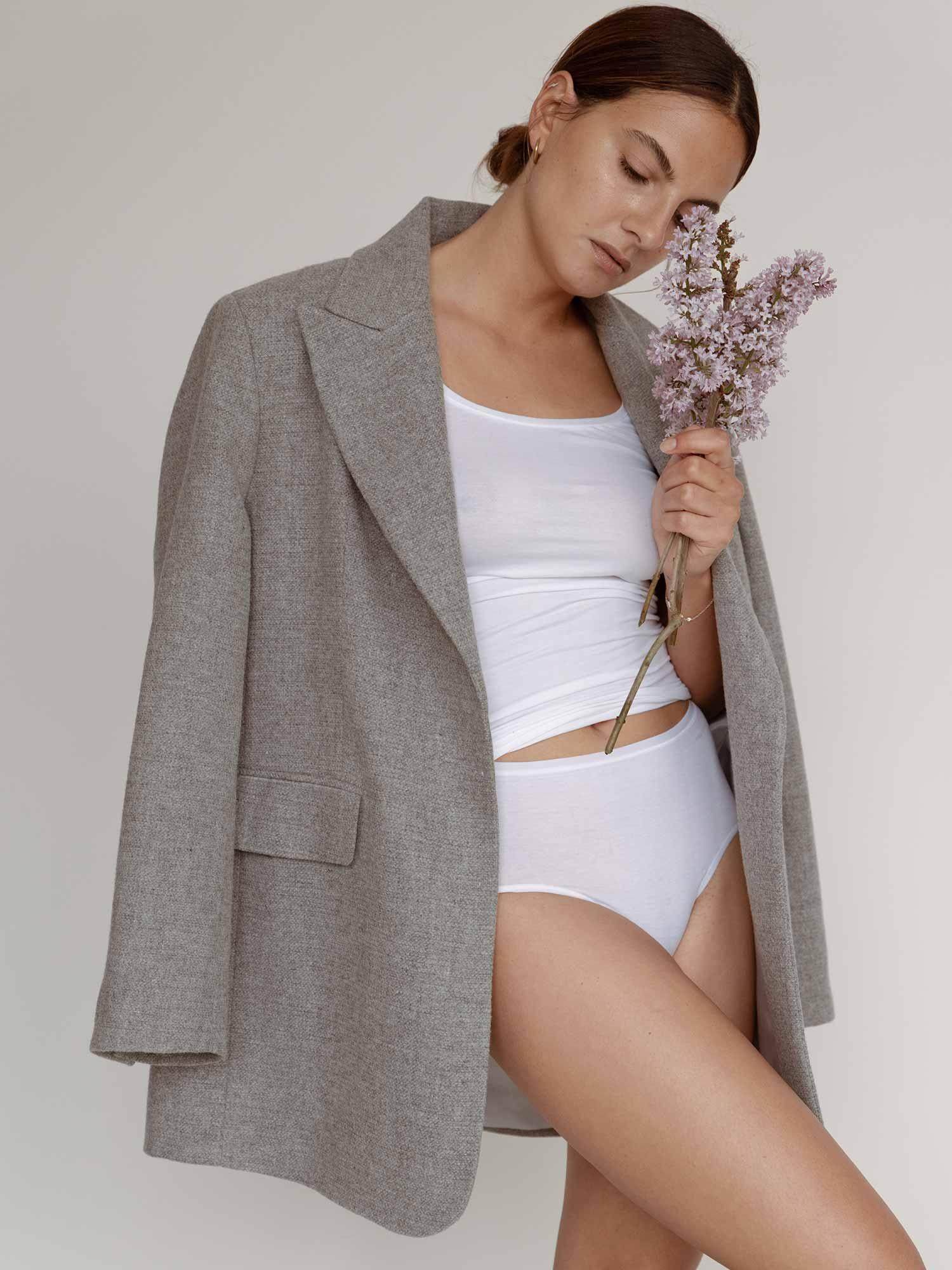 Besonders lieben wir, dass die minimalistischen Styles zu den verschiedensten Looks funktionieren – zum coolen Oversize-Blazer genauso wie solo zu Denim oder Shorts. | mey®