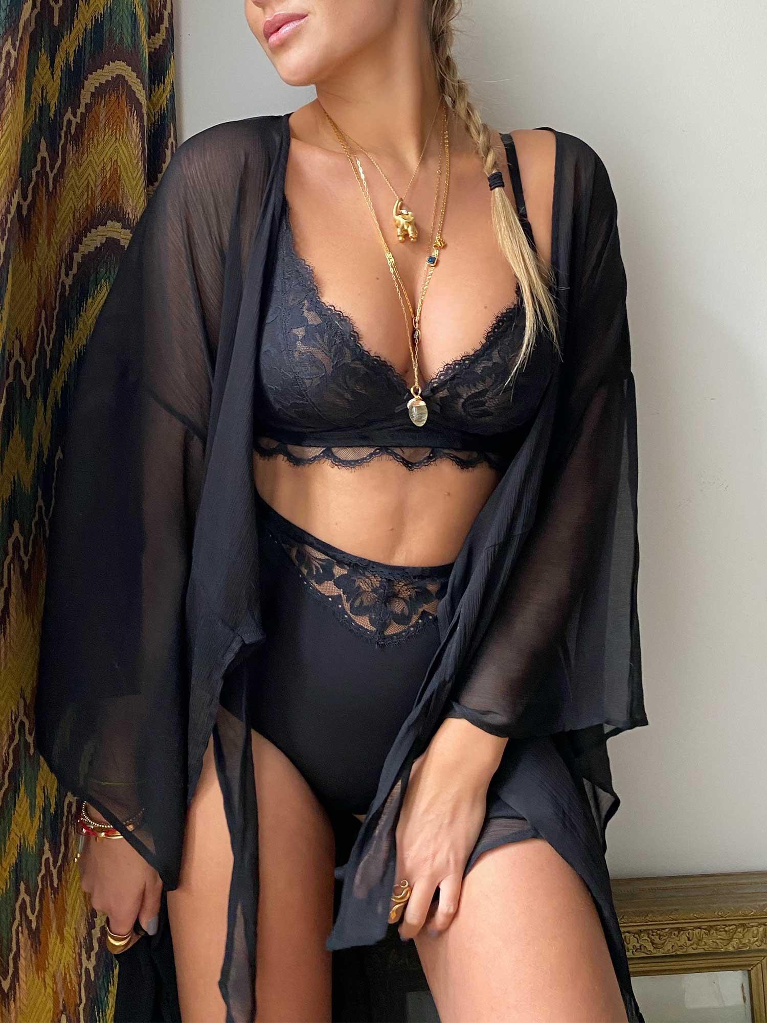 Nina Suess kombiniert Triangle-BH in schwarz mit einem hochgeschnittenen Taillenslip | mey®