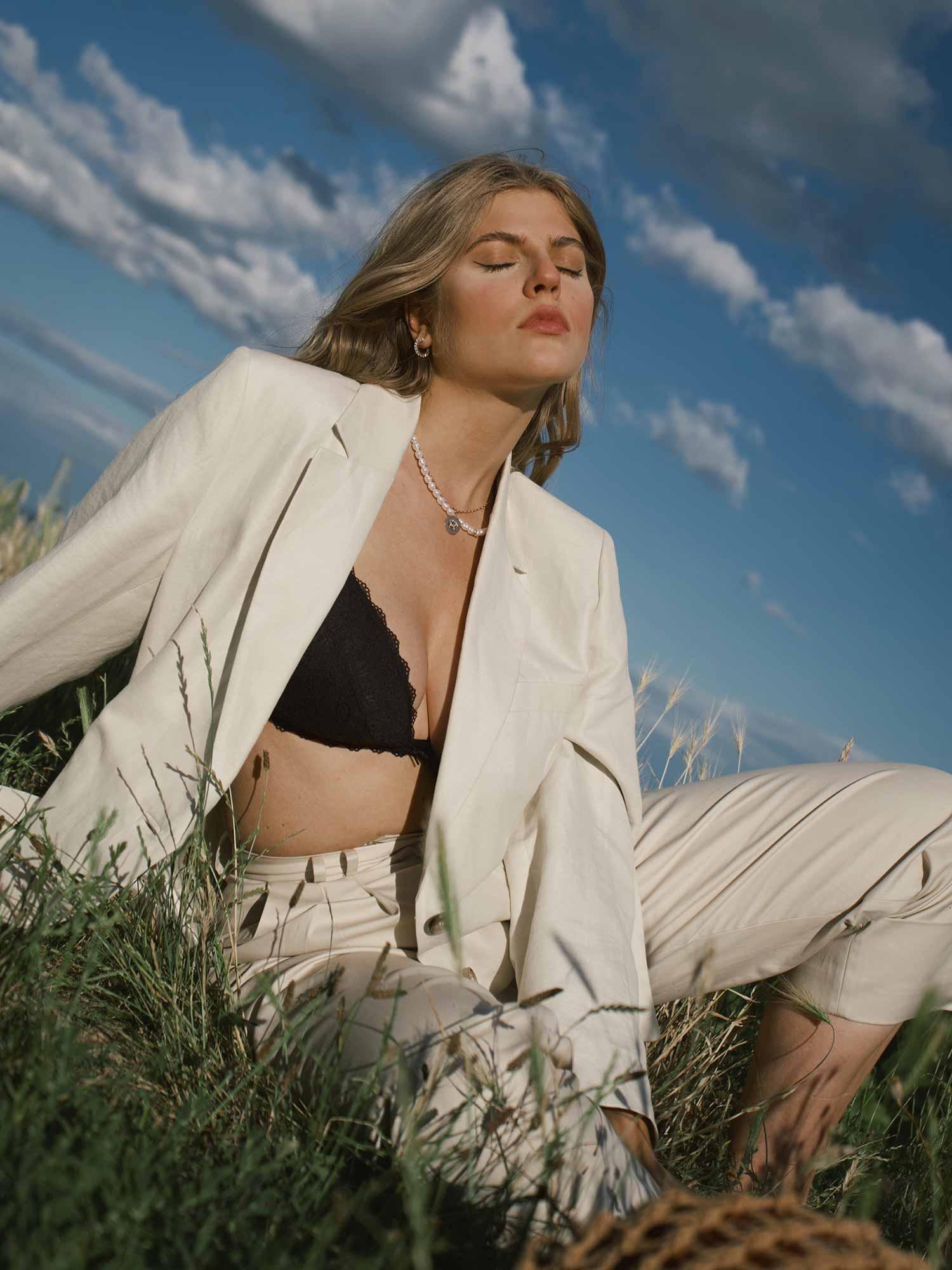 Franziska Nazarenus wears the triangle bra with a cool, oversized two-piece suit in trendy beige. | mey®