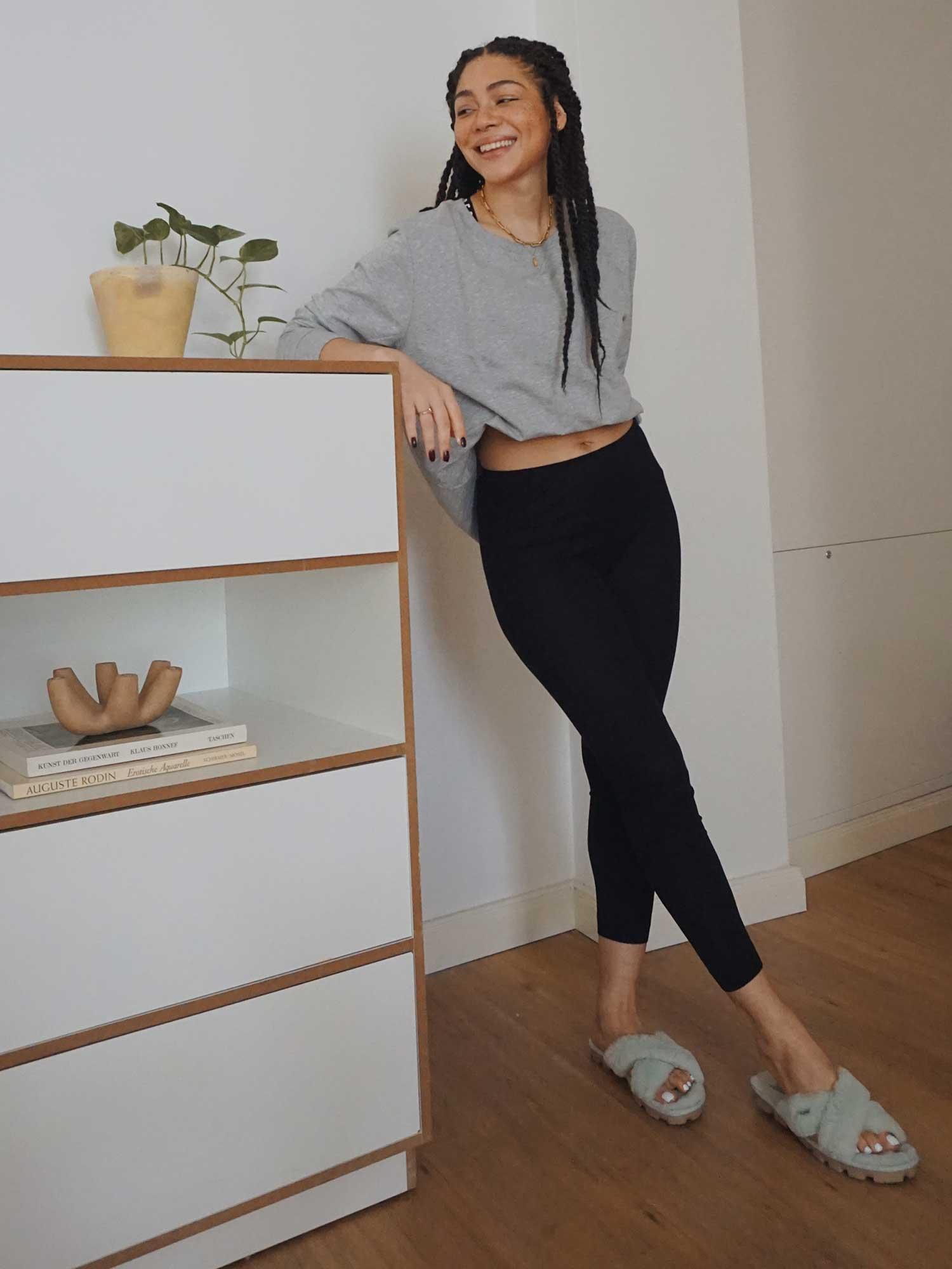 Ein cooler, grauer Sweater gehört zu den absoluten Wardrobe Basics und ist der perfekte Style-Allrounder | mey®
