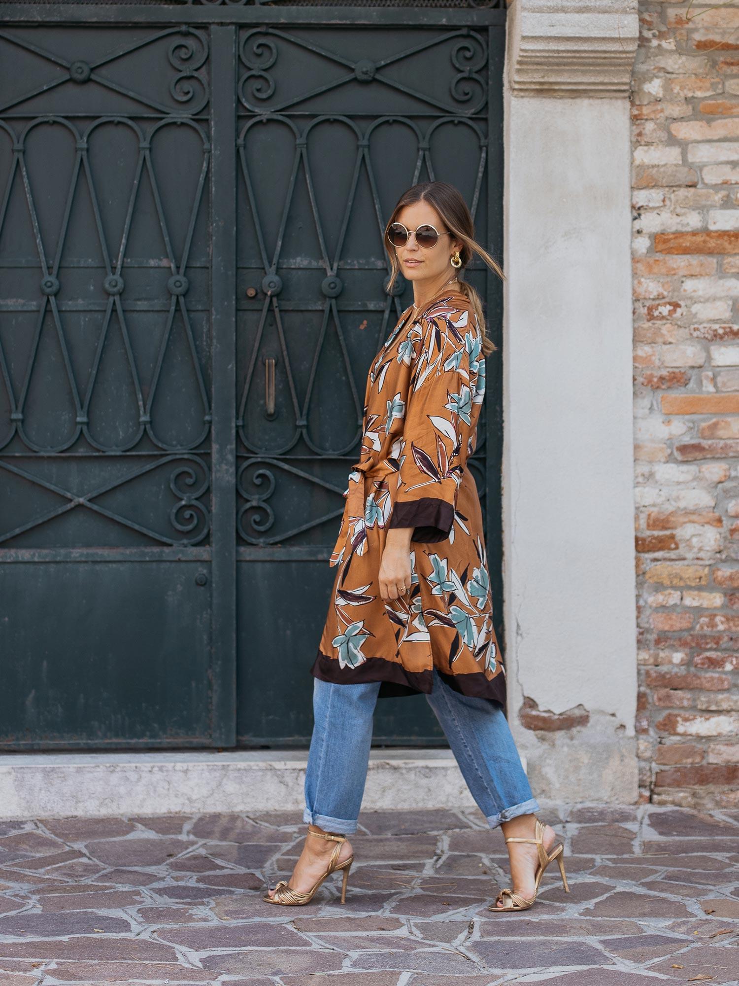 Mit Jeans, Heels und den passenden Accessoires wird der Kimono aber auch ganz easy zum Eyecatcher für Sarah's eleganten Dinner-Look!   mey®