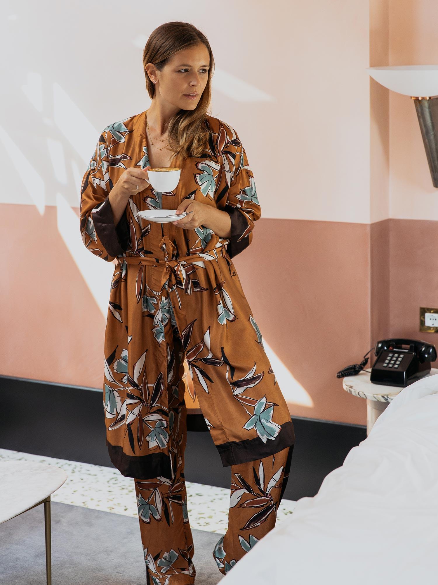 Die exklusiven Styles aus der Serie Lovestory überzeugen durch einen auffälligen Flower-Print, fließende Schnitte und edle Materialien aus Viskose und Seide.   mey®