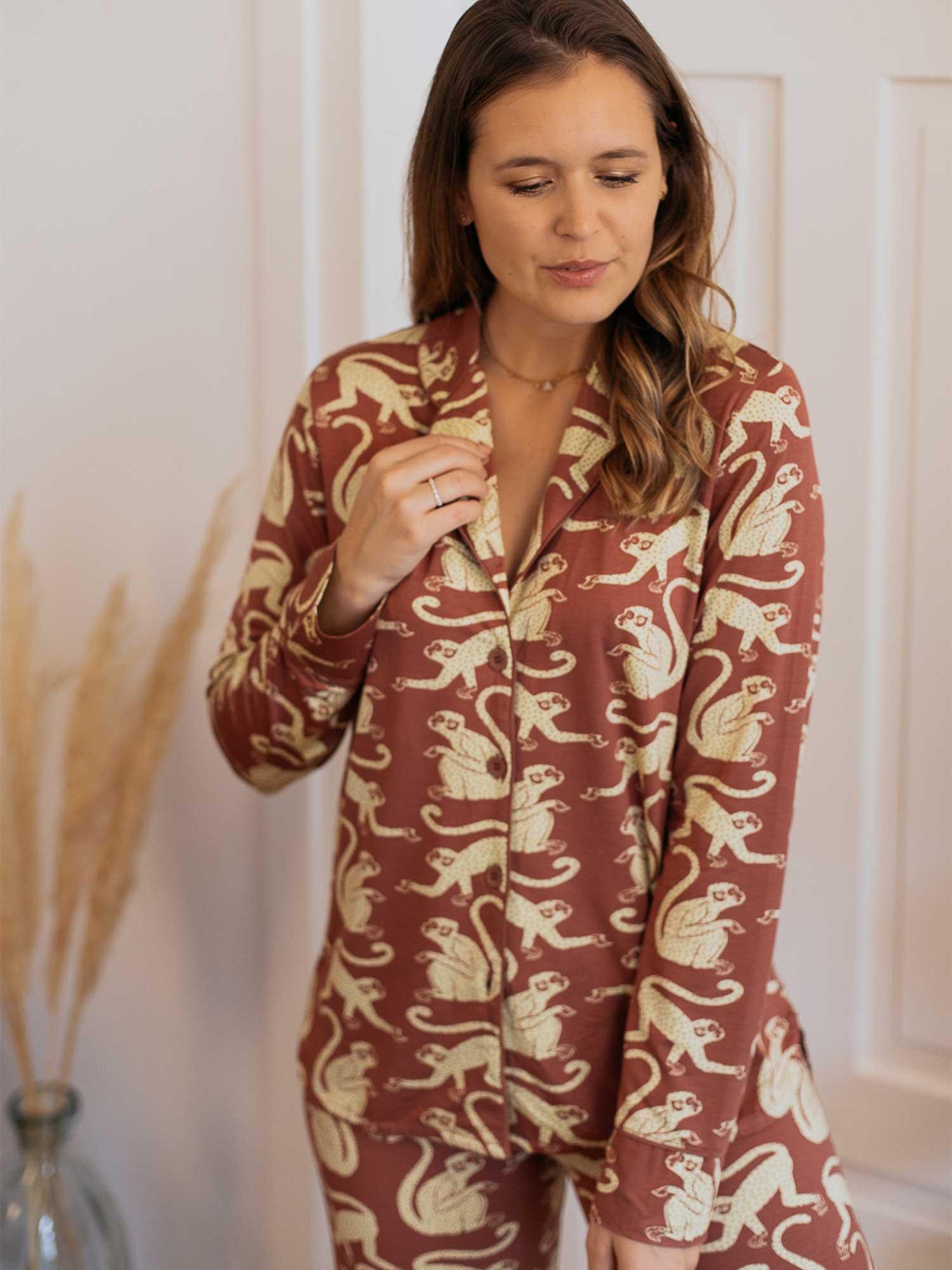 Die coole Homewear mit Allover-Äffchenprint aus der Serie Lovestory ist ein absoluter Hingucker. | mey®