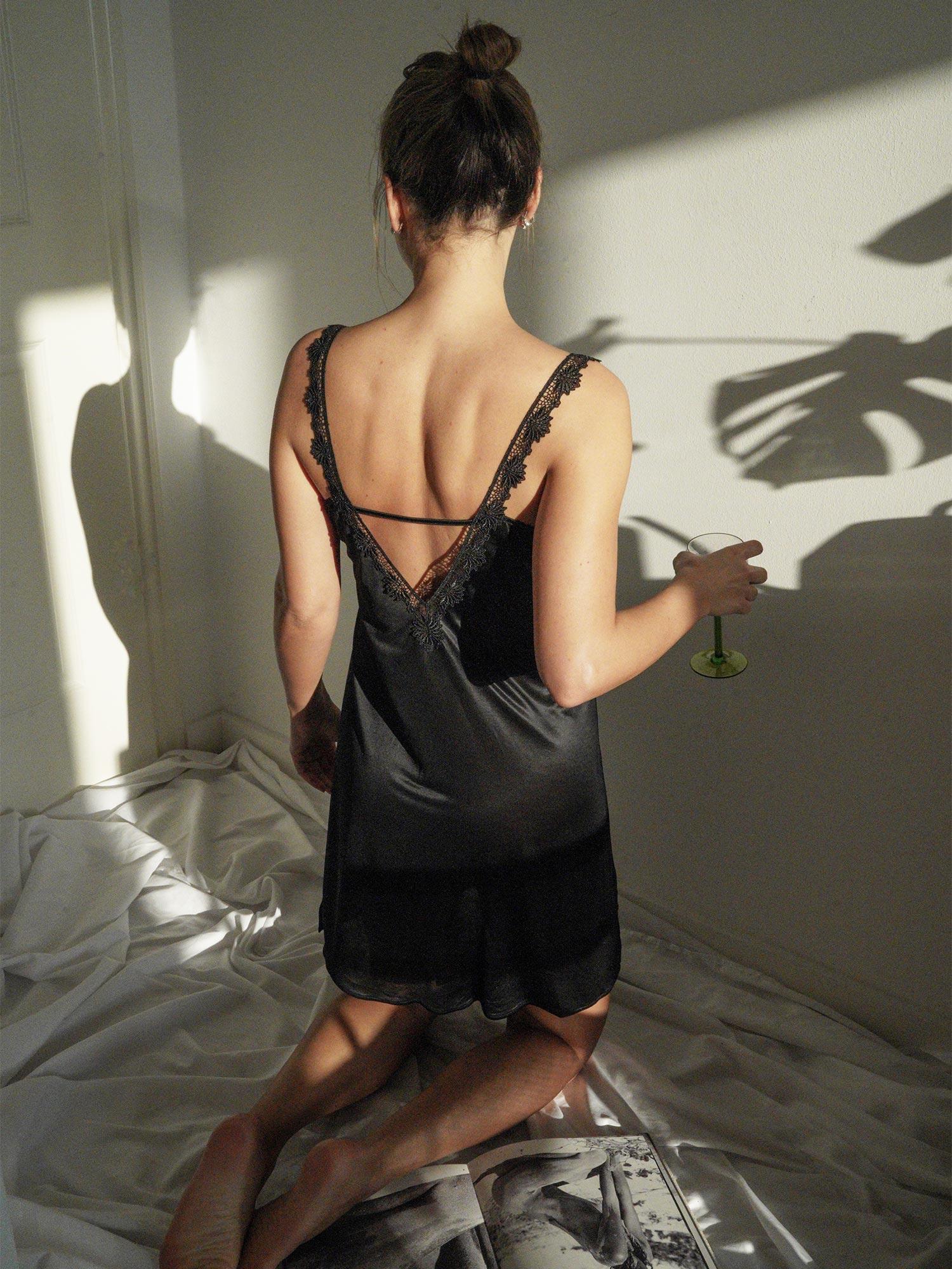 Zarte Spitze und fließende Stoffe – Influencerin Anna Winter setzt das neue Slipdress in Szene | mey®