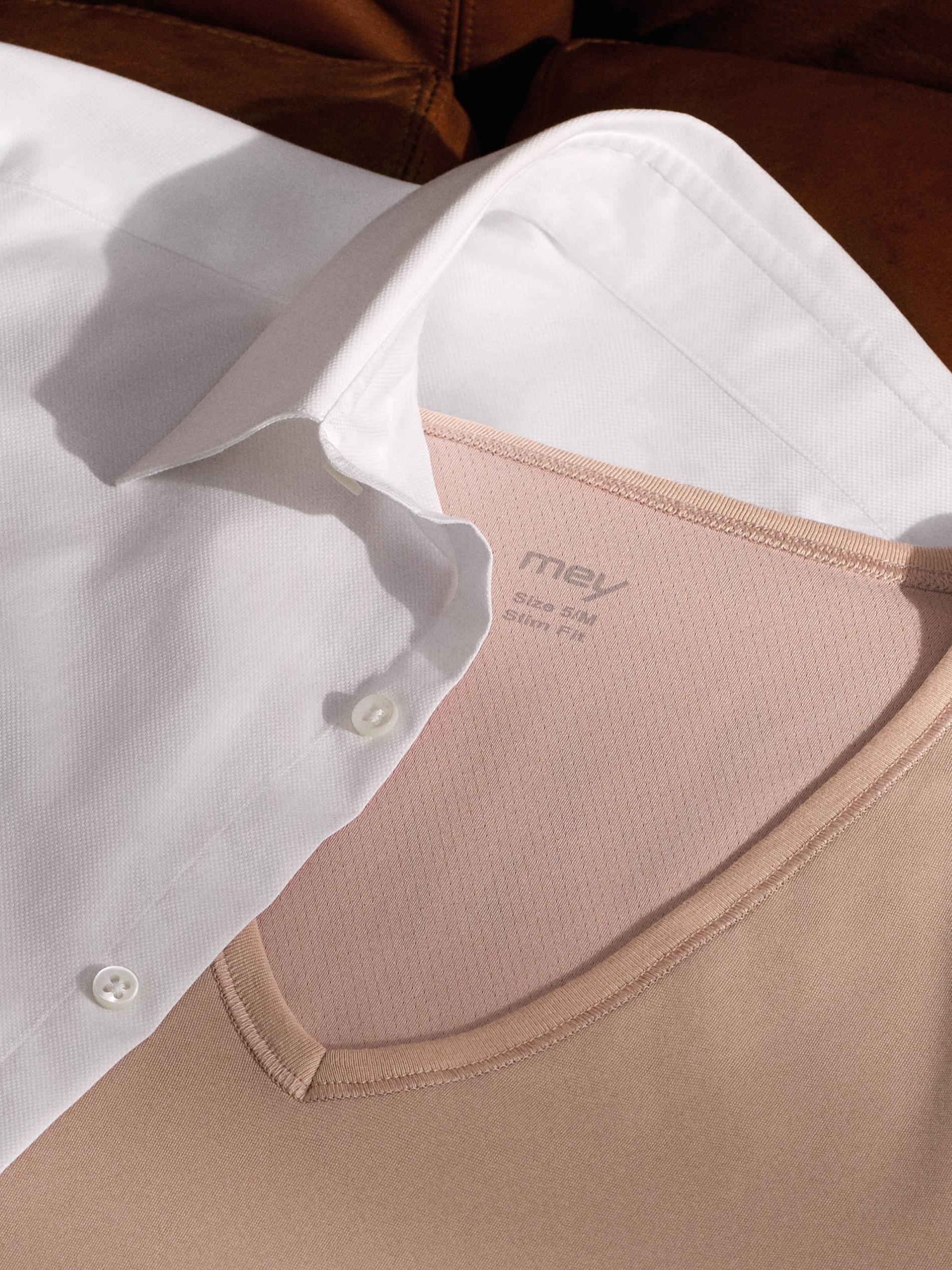 mey® Stoffeinsatz mit den COOLMAX® Fasern im Nacken des Drunterhemds in der Farbe Light Skin, wird leicht von einem weißen Hemd verdeckt
