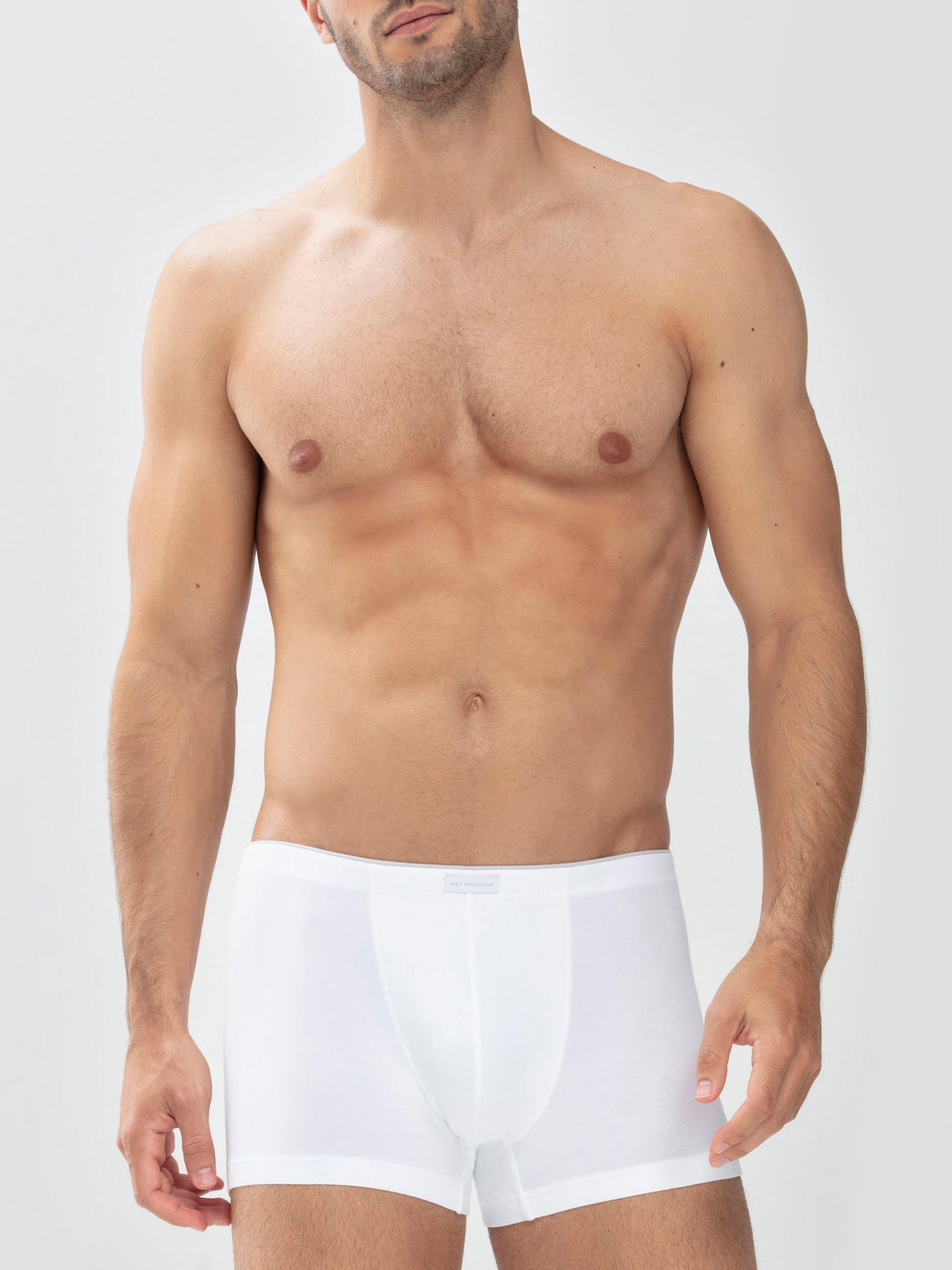 Mann trägt weiße Shorty aus der Serie Dry Cotton von mey®