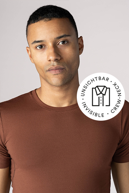 Mey® Serie Superior, mokka-farbenes Crew-Neck Shirt am Model, Icon unsichtbares Crew-Neck mit T-Shirt