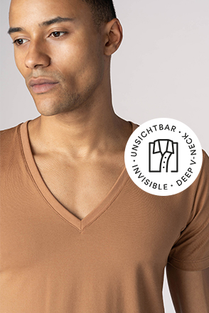 Mey® Serie Superior, skin-farbenes V-Neck Shirt am Model, Icon unsichtbares V-Neck mit T-Shirt