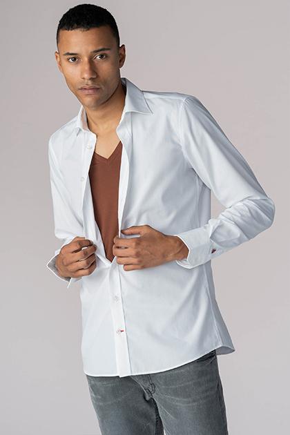 mey® Serie Business Class, V-Neck Shirt in der Farbe Dark Skin am Model mit weißem Hemd darüber