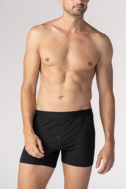 mey® Serie Business Class, schwarze Trunk-Shorts am Model