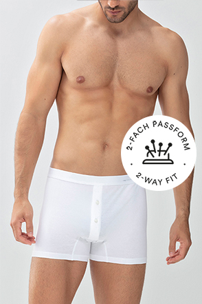 Mey® Serie Casual Cotton, weiße Trunk-Shorts am Model, mey® Icon für Zweifachpassform, Nadelkissen mit vier Stecknadeln