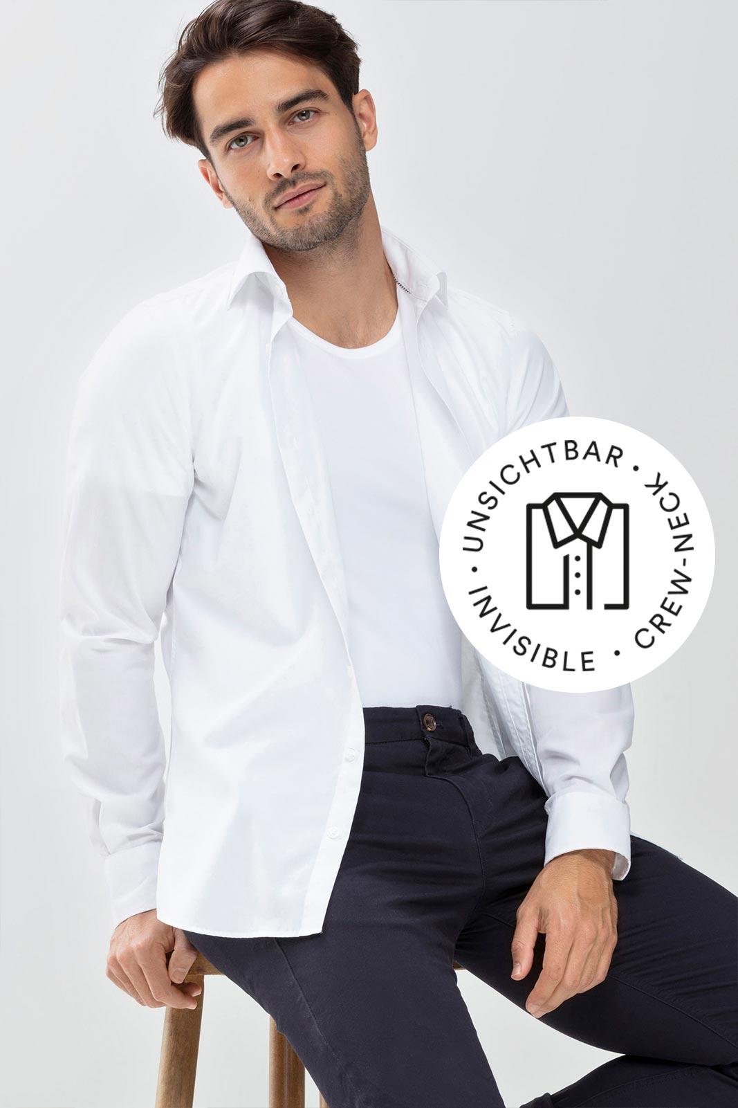 Mey® Serie Dry Cotton Functional, weißes Crew-Neck Shirt am Model mit weißem, geöffneten Hemd darüber, Icon unsichtbares Crew-Neck Shirt