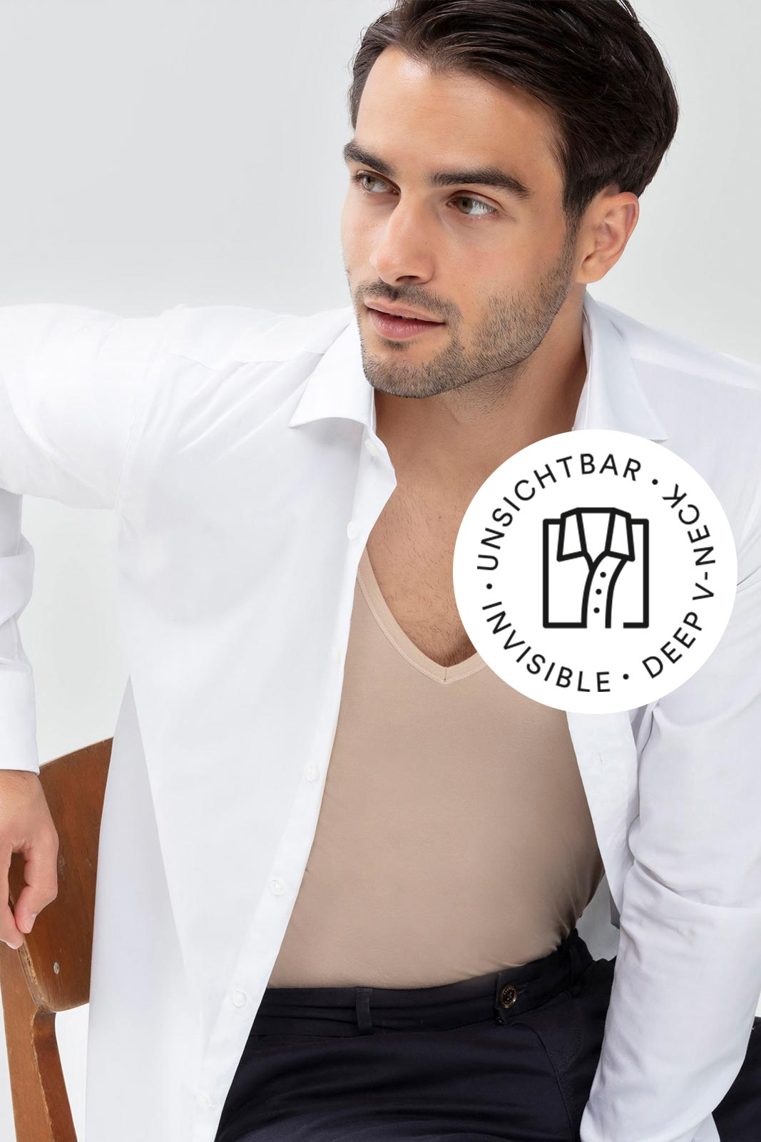 Mey® Serie Dry Cotton Functional, V-Neck Shirt in Light Skin am Model mit weißem, geöffneten Hemd darüber, Icon unsichtbares V-Neck Shirt