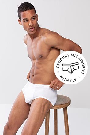 mey® Serie Noblesse für Herren, weißer Men-Slip am Model, mey® Icon für Eingriff, Slip mit eingezeichnetem Eingriff