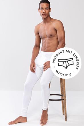 mey® Serie Noblesse für Herren, weiße lange Hose am Model, mey® Icon für Eingriff, Slip mit eingezeichnetem Eingriff