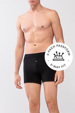 Mey® Serie Superior, schwarze Trunk-Shorts am Model, Icon zweifache Passform mit Nadelkissen und Nadeln