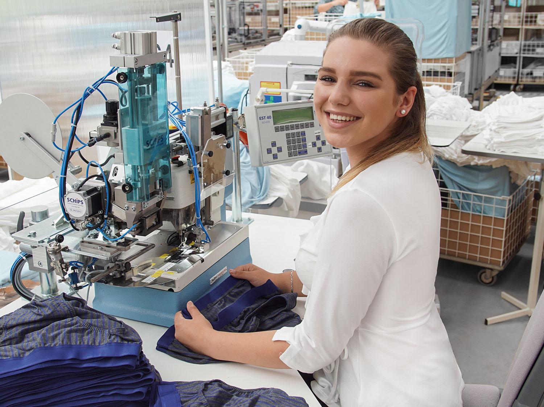 Die Auszubildende als Textil- und Modenäherin vernäht dunkelgraue Slips für Herren | mey®