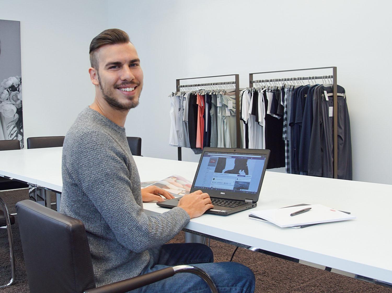Der Student für Onlinemedien überprüft die aktuelle Kollektion im Onlineshop | mey®