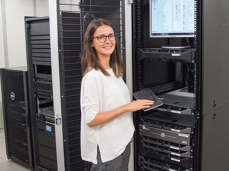 Die Auszubildende als Kaufmann für Digitalisierungsmanagement nimmt im Serverraum von mey in Albstadt, Deutschland Einstellungen vor   mey®