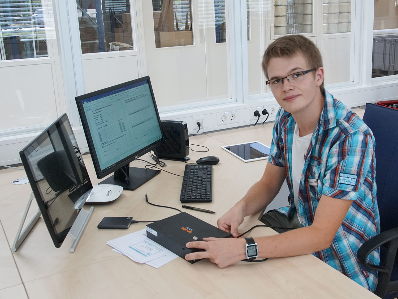 Der Student für Wirtschaftsinformatik konfiguriert ein Kassensystem | mey®