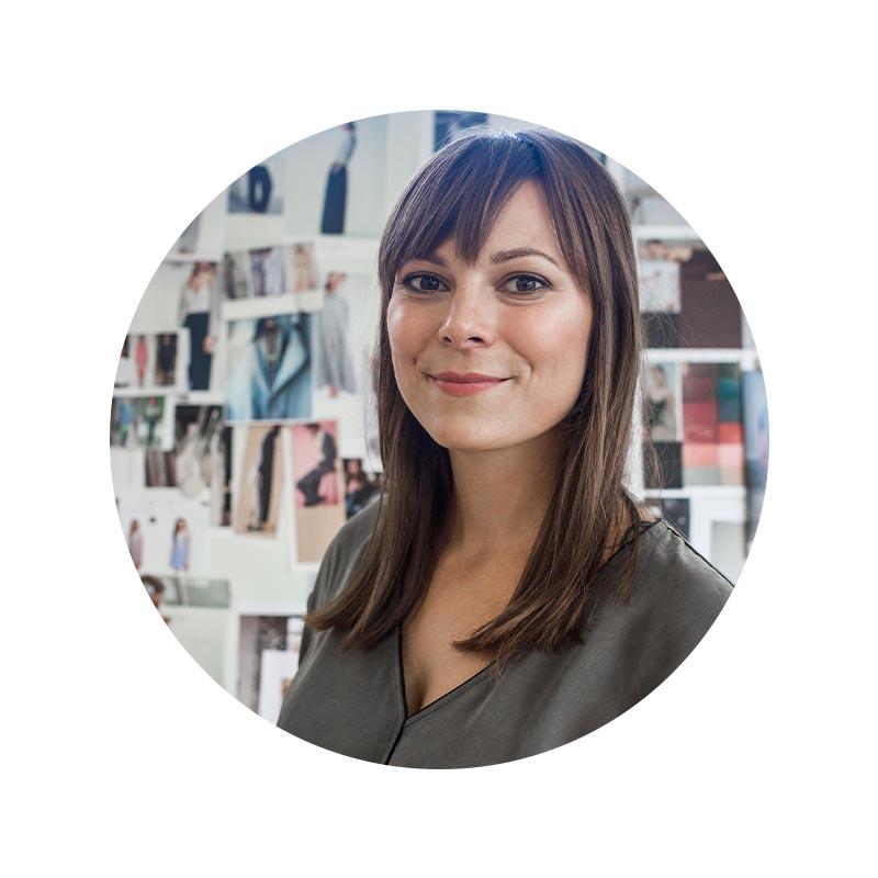 Mitarbeiter Portrait von Anne Herrmann im Bereich Design mit textilen Inspirationen im Hintergrund | mey®